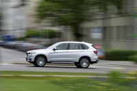 The all-wheel drive X5 xDrive 40e uses the jolt of electrification as a backup for the 240-horsepower, turbocharged 2.0-liter four-cylinder.